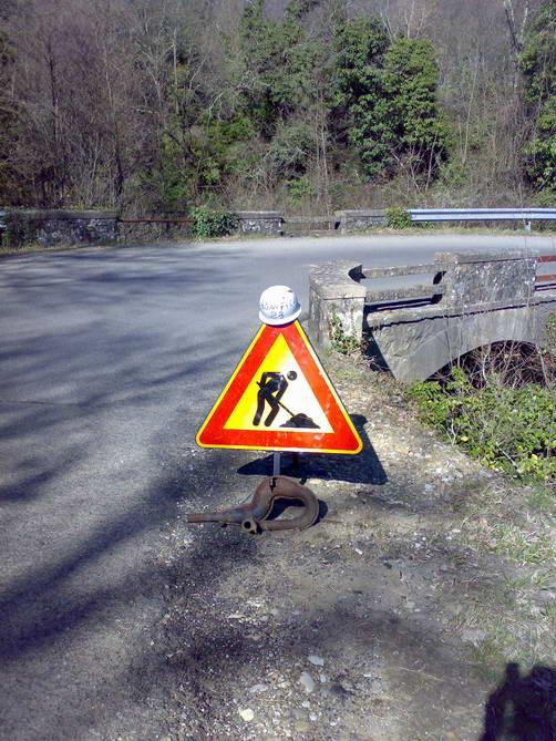 cartello stradale con lavori in corso